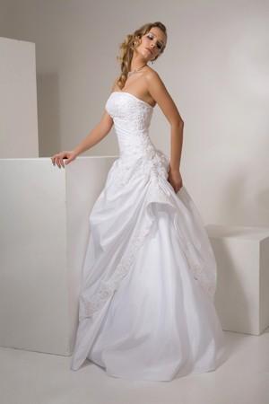 Abiti da sposa alla moda nel 2011 sono per lo più modelli più lunghi ... b0802ada1ec
